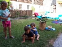 Im Hof spielen