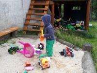 Im Garten beim Sandspielen