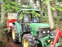 Traktorfahrt durch den Wald