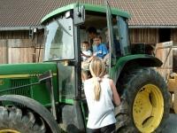 Kinder bei der Traktorfahrt