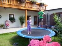 Trampolin im Innenhof