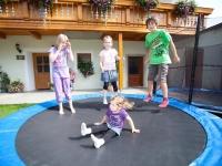 Trampolin springen im Hof
