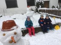 Im Hof Schneemannbauen